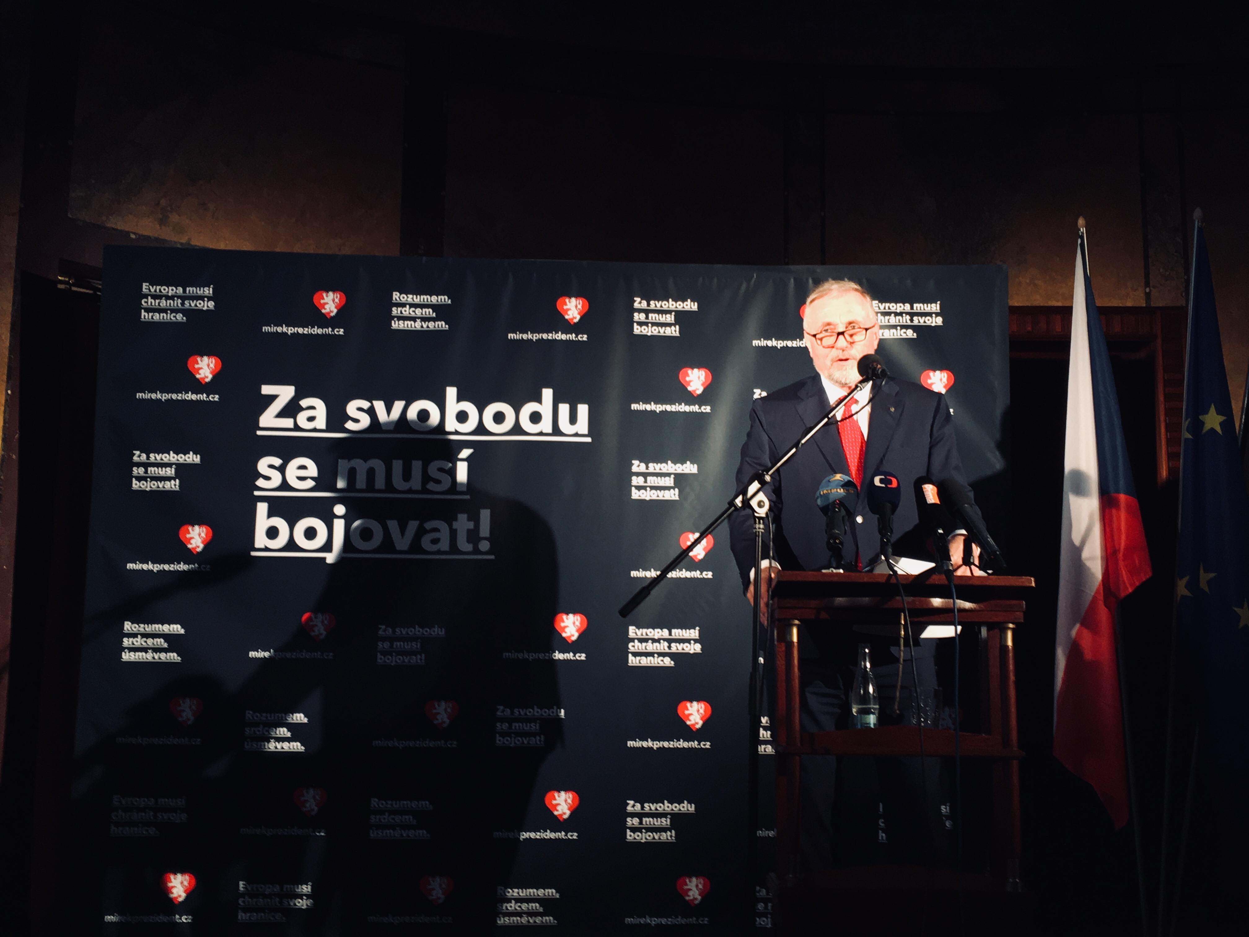 Češi mají být vlastenci hrdí na český pas a korunu, řekl Topolánek