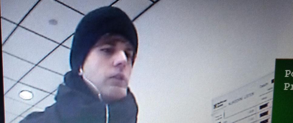 Lupič z Dejvic hrozil v bance bombou. Odnesl si desítky tisíc