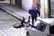 VIDEO: Policisté vytahovali muže z kanálu. Zasekl se, když lovil klíče