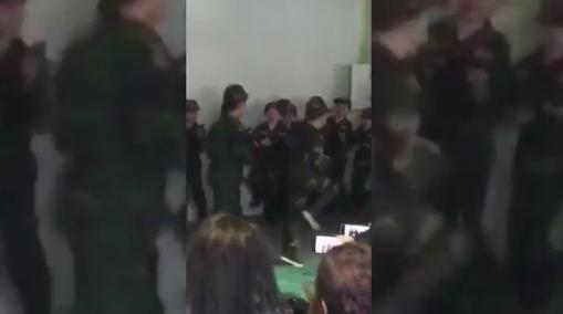 VIDEO: Německé děti v mešitě v maskáčích a se zbraní? Nepřípustné, tvrdí politici