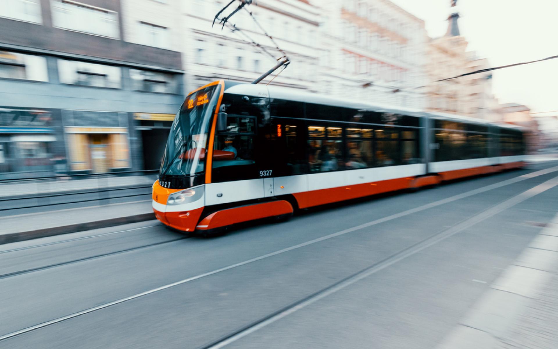 V tramvaji k zalknutí. Praha pomalu navyšuje počty těch s klimatizací, dráhy jsou daleko před ní