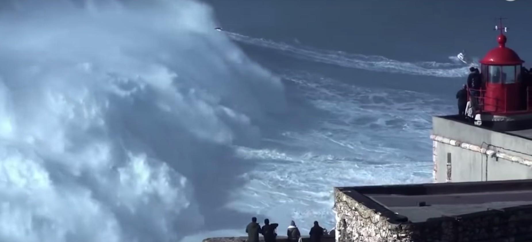 VIDEO: Vlna vysoká jako rozhledna. Surfař pokořil světový rekord