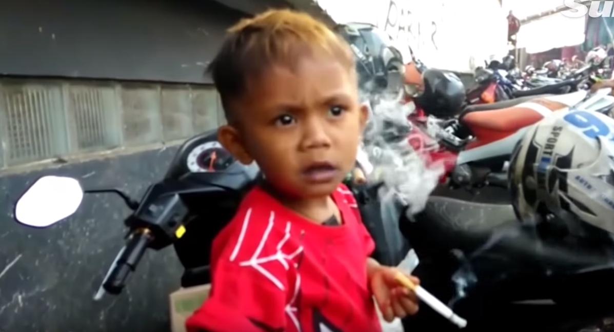 VIDEO: Dvouletý rekordman a závislák. Hošík vykouří 40 cigaret denně