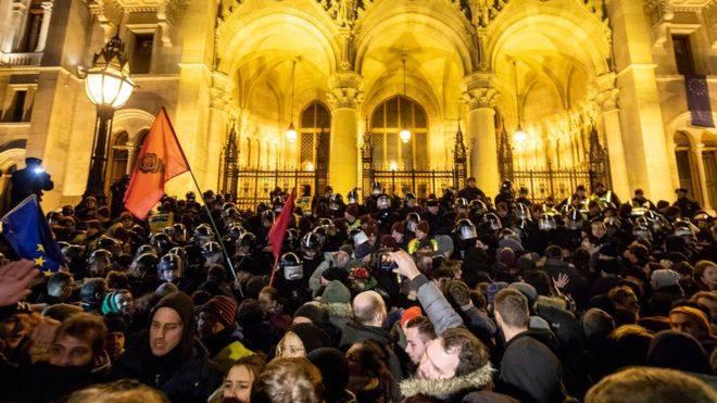"""Protesty v Budapešti proti """"otrockému zákonu"""" pokračují, v pátek bez násilí"""